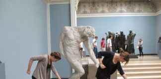 позирование со скульптурами
